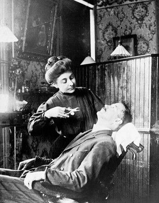 Rare photo of a woman dentist doing a tooth extraction in 1909.