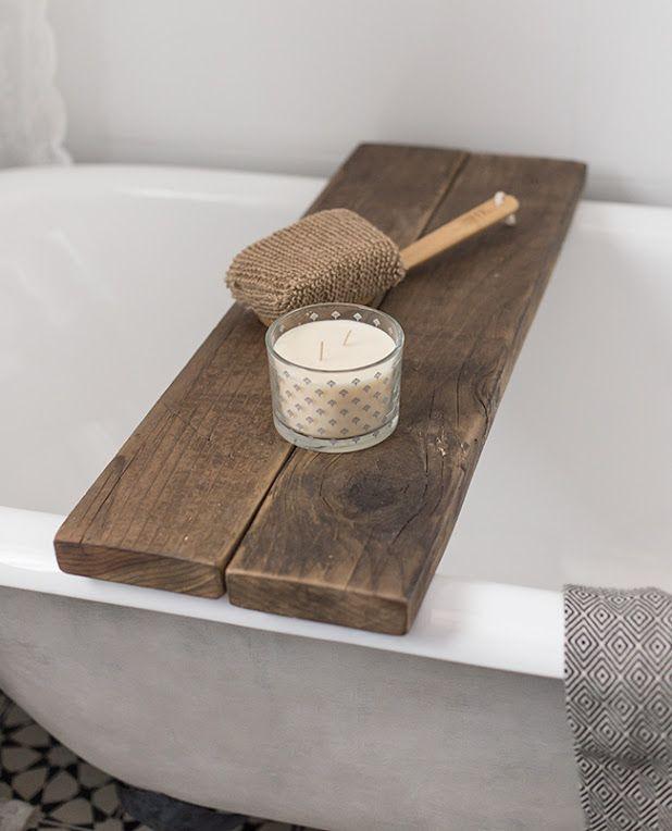 Een simpele houten plank als #badtafel. Op de #badplank kun je ...