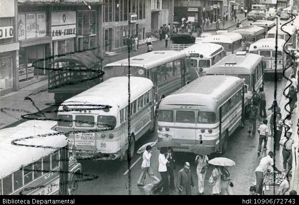 Buses de transporte público transitando por el centro de Cali - Biblioteca Digital - Universidad icesi