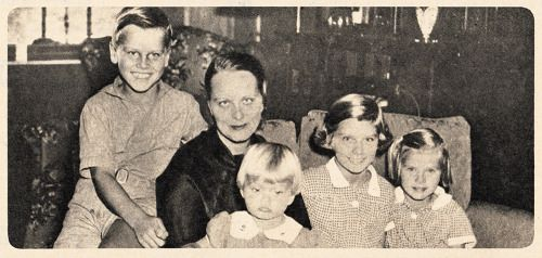 Ma Kelly with her children in 1935. From left to right: Kell, Lizanne, Peggy and Grace.