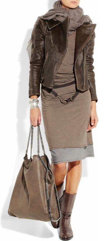Hier verstecken sich mehrere Farbklammern: 1. dunkelbraun: Jacke und Stiefel. 2. hellbraun: Kleid, Schal, Tasche.