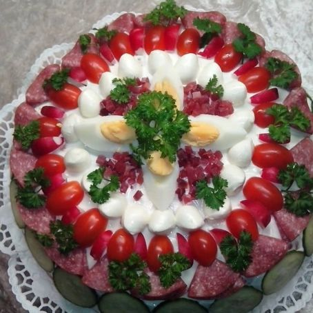 herzhafte brottorte aus weissbrot mit remoulade gurken eiern salami schinke und