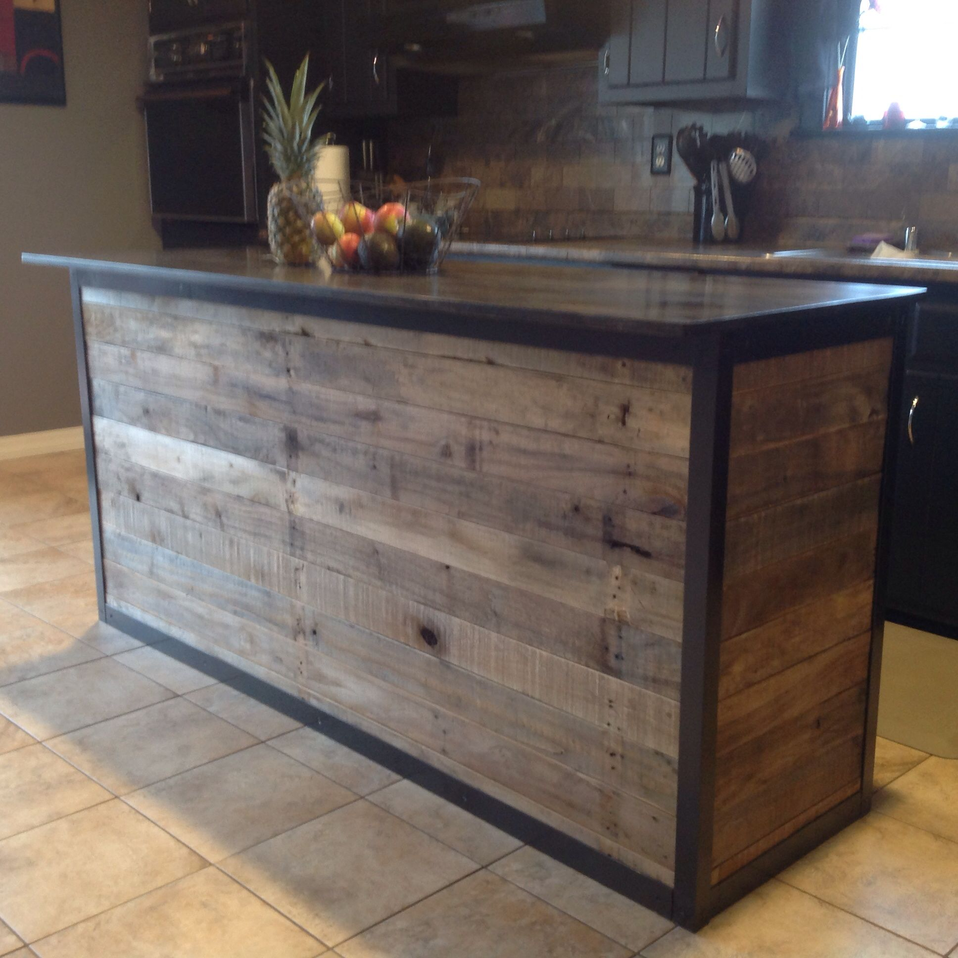 Diy kitchen island made from pallet wood house ideas for Bar exterieur en bois
