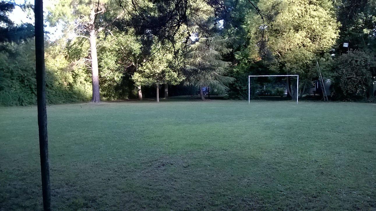 Parque y cancha de fútbol en Achalay, tierra mojada