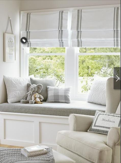 Sofazinho cinza sob a janela