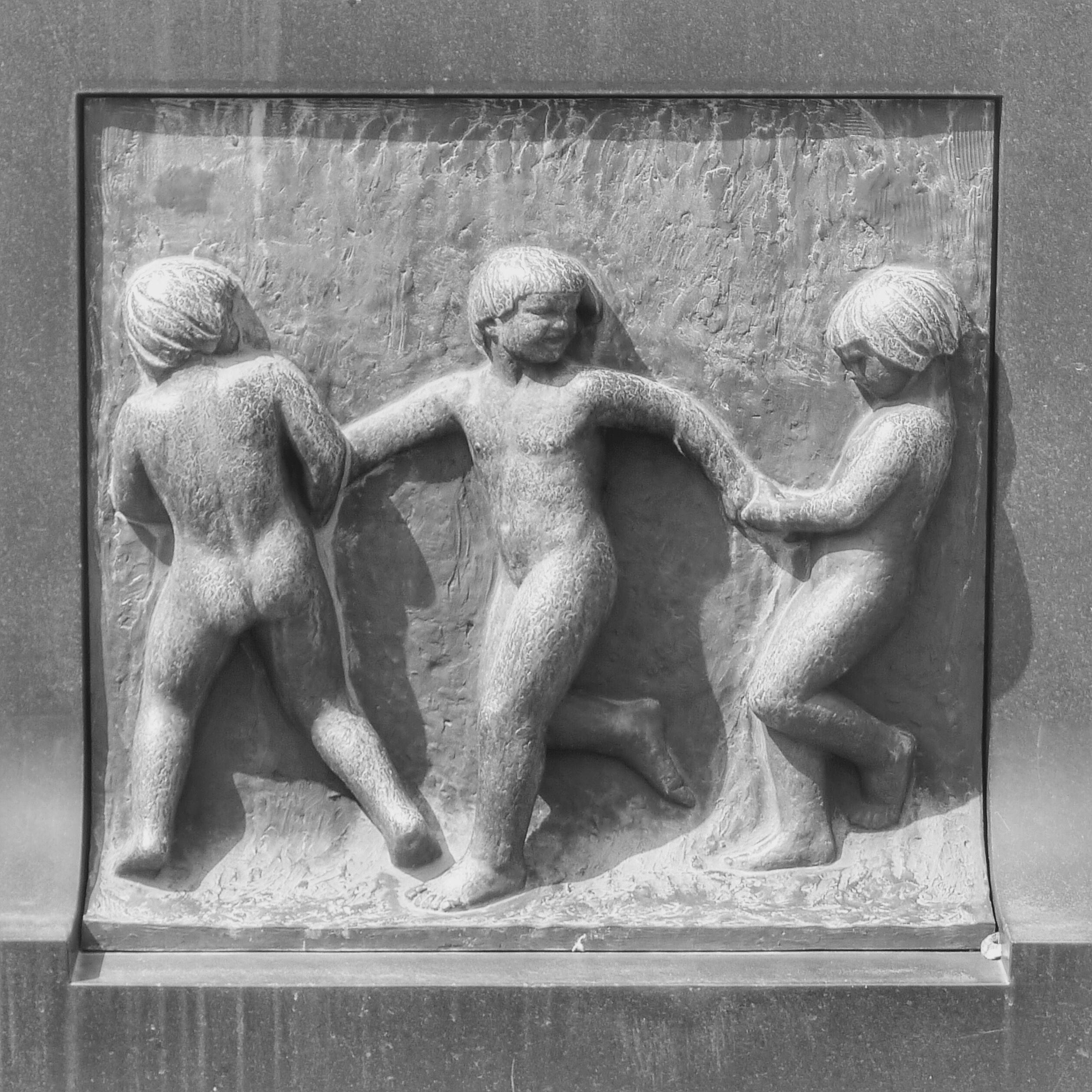 oslo | norge | frognerparken | vigelandsanlegget | bronserelieffer langs bassengets ytterside ved fontenen