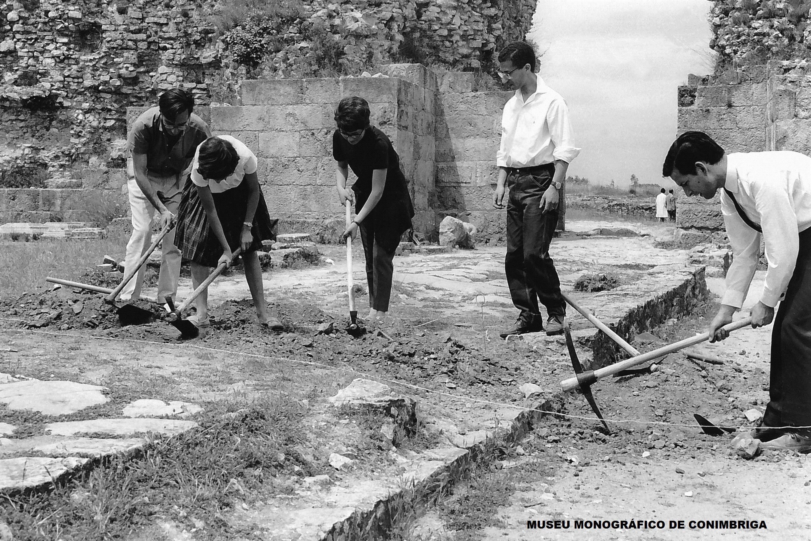 Trabalhos de escavação na via principal
