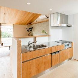 自然の恵みを感じる家の写真 ステンレス天板の明るい対面キッチン