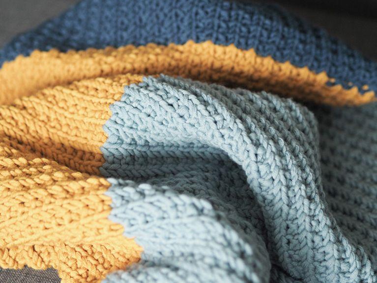 Tutoriales DIY: Cómo hacer una manta de punto tricolor para bebés ...