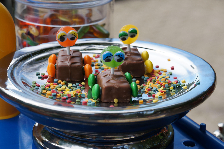 Einfache und tolle Idee. Snickers, Mars usw nehmen und mit Zuckerkuss Smarties an die Seite kleben. Fertig ist das Auto. Mitfahren können kleine Lollies oder Gummibären!