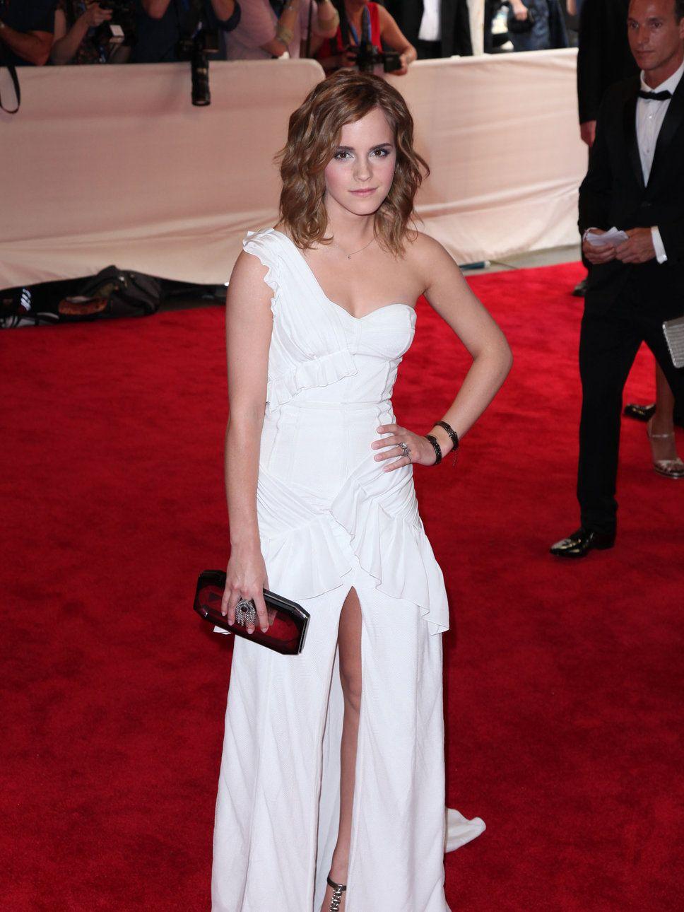 White dress emma watson - Emma Watson One Shoulder White Dress Emma Watson White One Shoulder Slip Dress Red Clutch