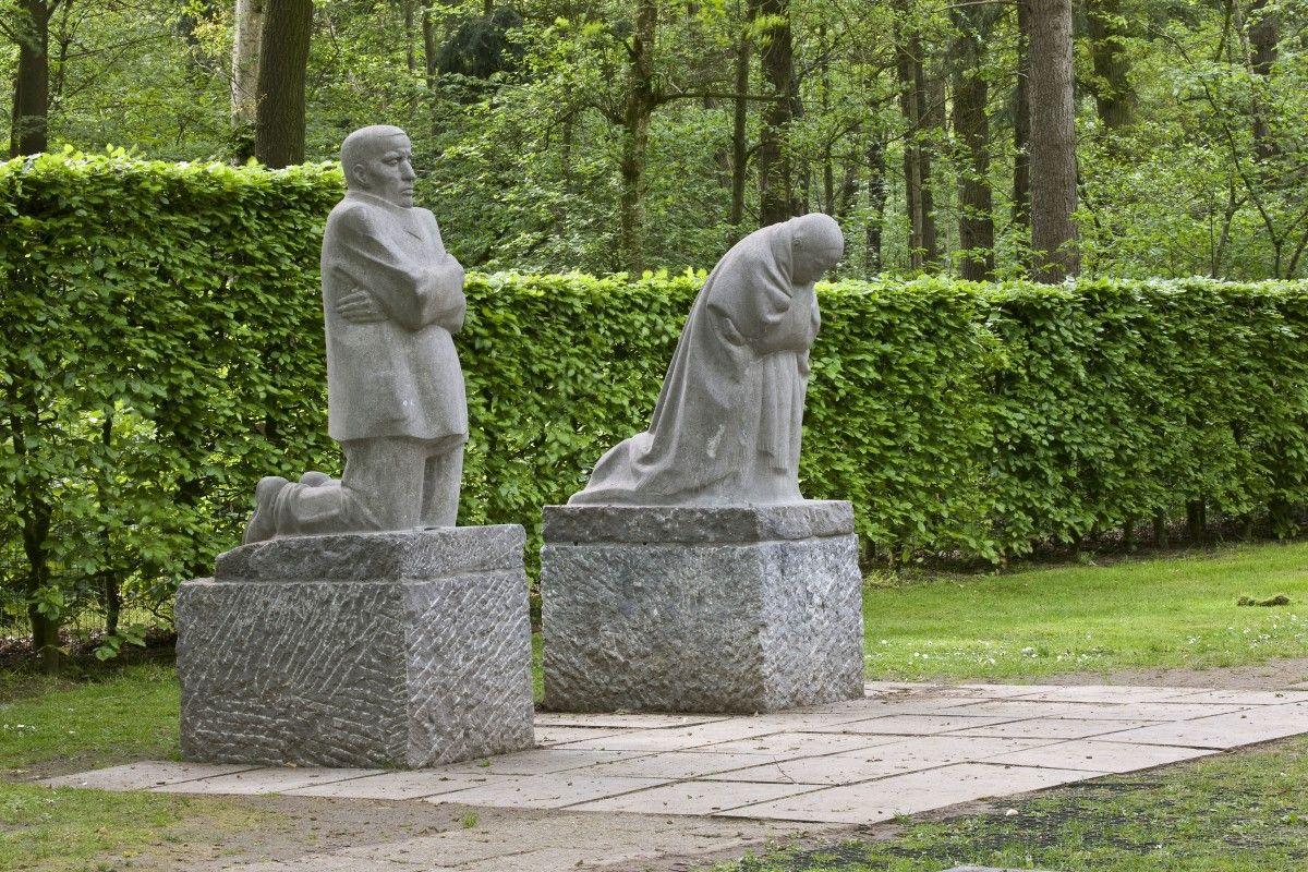 The Grieving Parents, Kathe Kollwitz, Vladslo German Cemetery, Belgium. The  Kollwitz's son Peter, killed in October 1914… | Kathe kollwitz, Sculpture  art, Sculpture