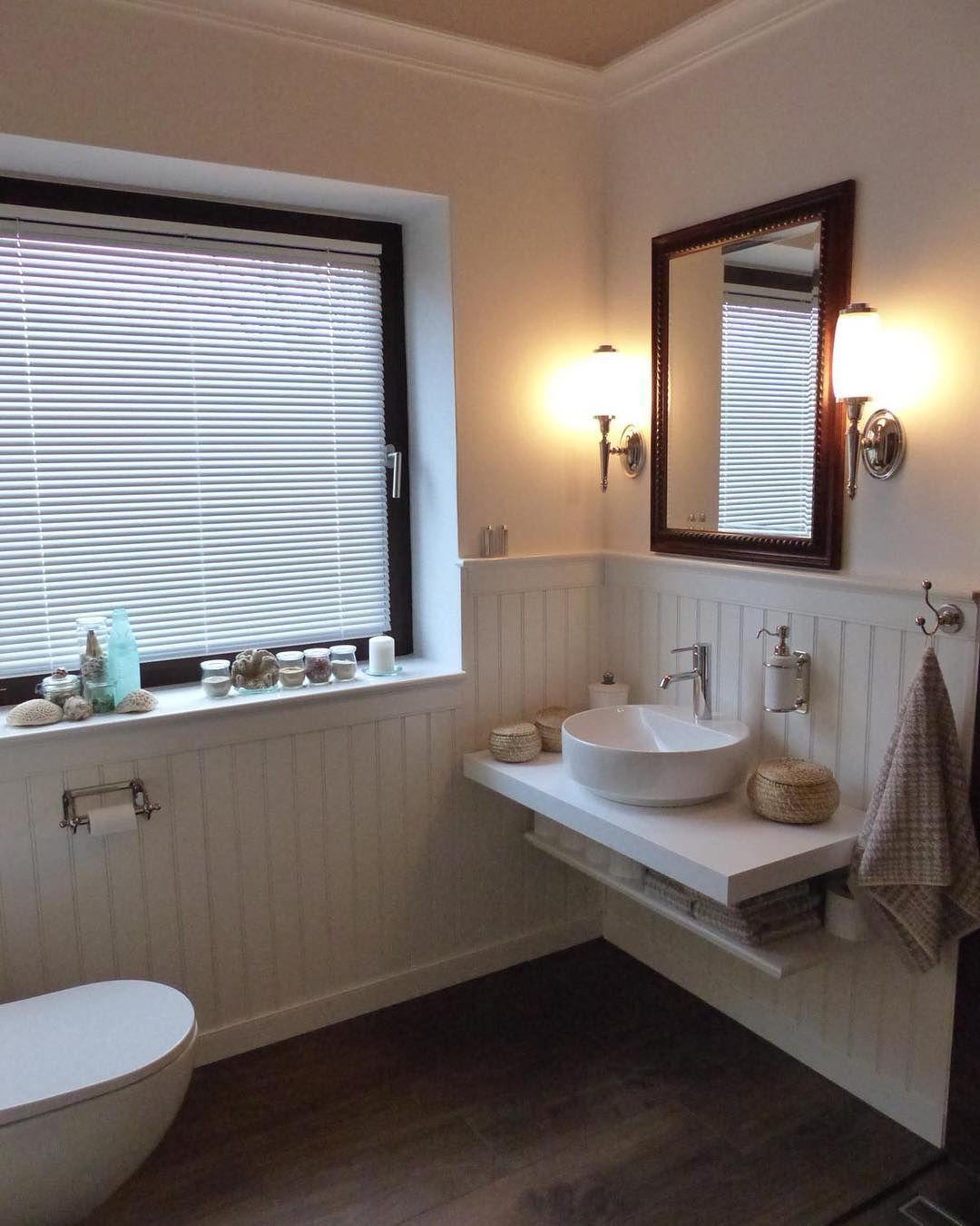 Bader Und Paneele Sind Eine Hervorragende Kombination Um Sich Die Gemutlichkeit Des Landhausstils Ins Haus Zu Hol Framed Bathroom Mirror Bathroom Mirror Decor