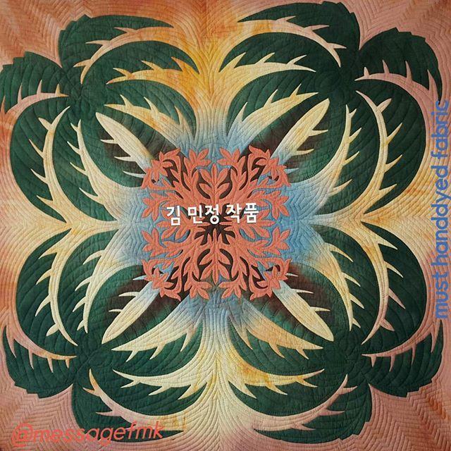 머스트의하와이안퀼트클럽  must hawaiianquilt club  멋지게 퀼팅을 마친 민정씨~~최고😍 염색천이 더욱 빛납니다. 함께 해서 더욱 행복한일이 가득입니다~~~ #handdyedfabric  #handdyed orderproducion  #hawaiianquilt  #applique #quilting  #aloha #hawaii