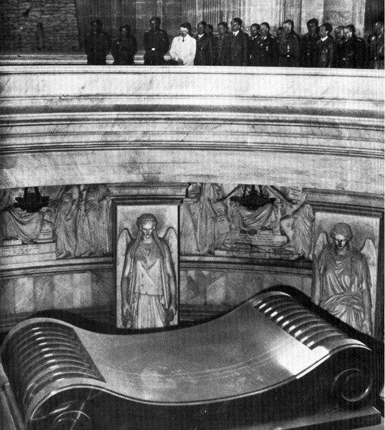 Hitler visiting Napoleonu0027s tomb in Paris in 1940 History