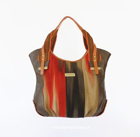 BEUTELTASCHE DEGRADE Mode trifft auf Kunsthandwerk. Das Grundkonzept bei der Degrade besteht im harmonischen, horizontalen Farbverlauf des Stoffes. Dabei handelt es sich um echtes indianisches Kunsthandwerk. Mit traditionellen, über viele Generationen weitergegebenen Fertigungstechniken hergestellt, sieht jedes Stück Stoff etwas anders aus. Das macht jede Tasche absolut einzigartig !!