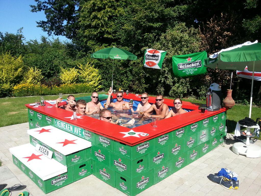 aprenda a fazer uma piscina (ou jacuzzi) com engradados de cerveja