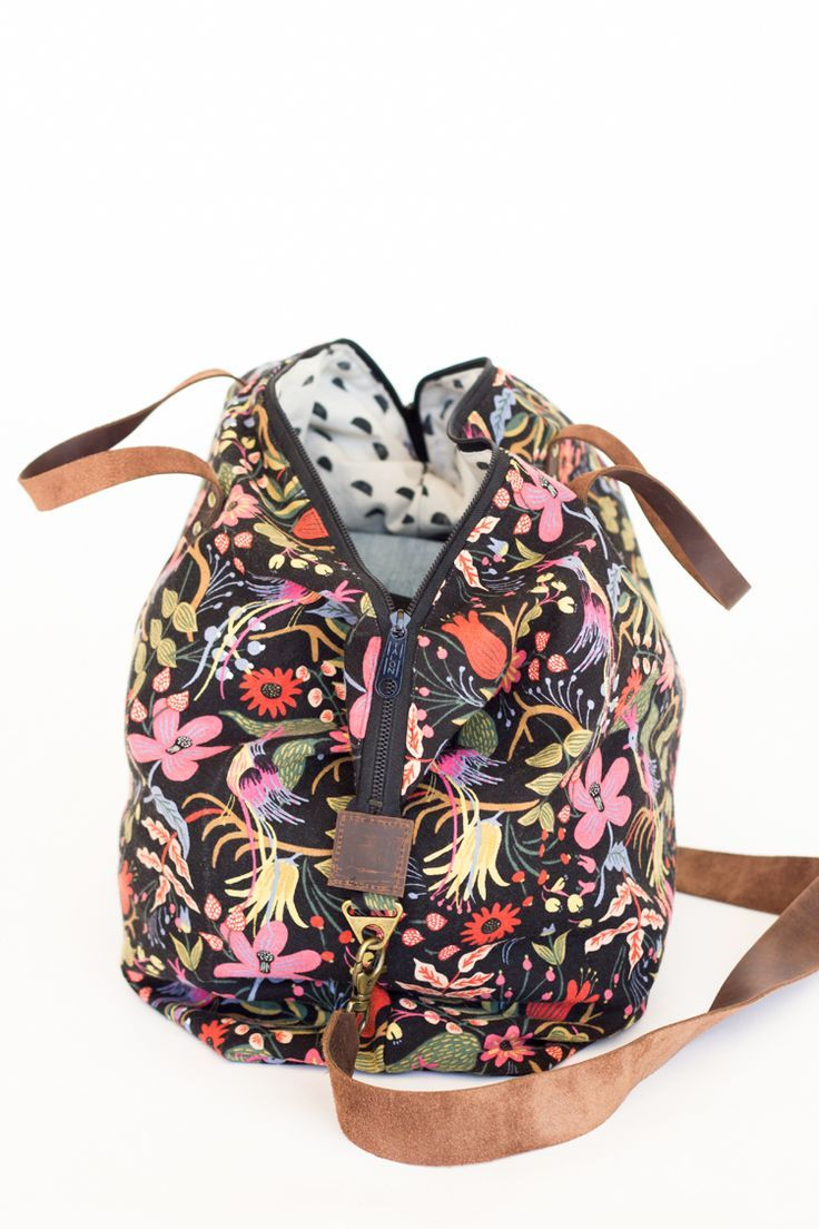 Weekender Bag - Sewing Tutorial // www.deliacreates.com #bagsewingpatterns