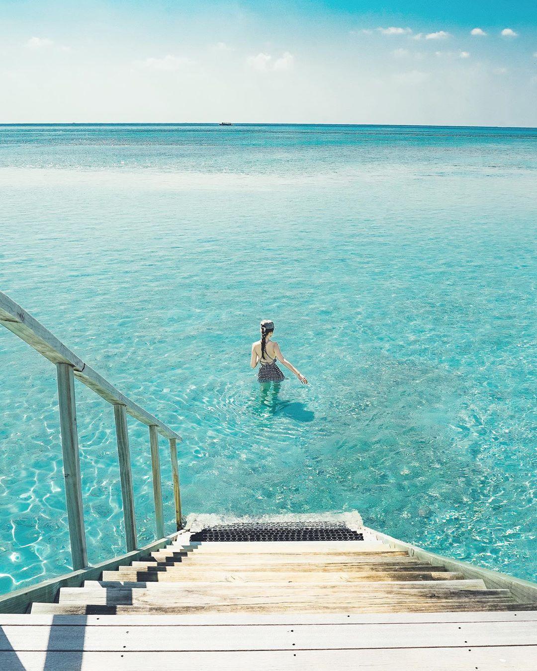 Hikari 加藤 光 On Instagram 暑過ぎてこんな海に飛び込みたい 朝目が覚めてすぐ部屋から続く階段を降りて海に飛び込んだこの部屋が忘れられない 連載中の雑誌hanako Hanako Magazin Outdoor Trip Outdoor Decor