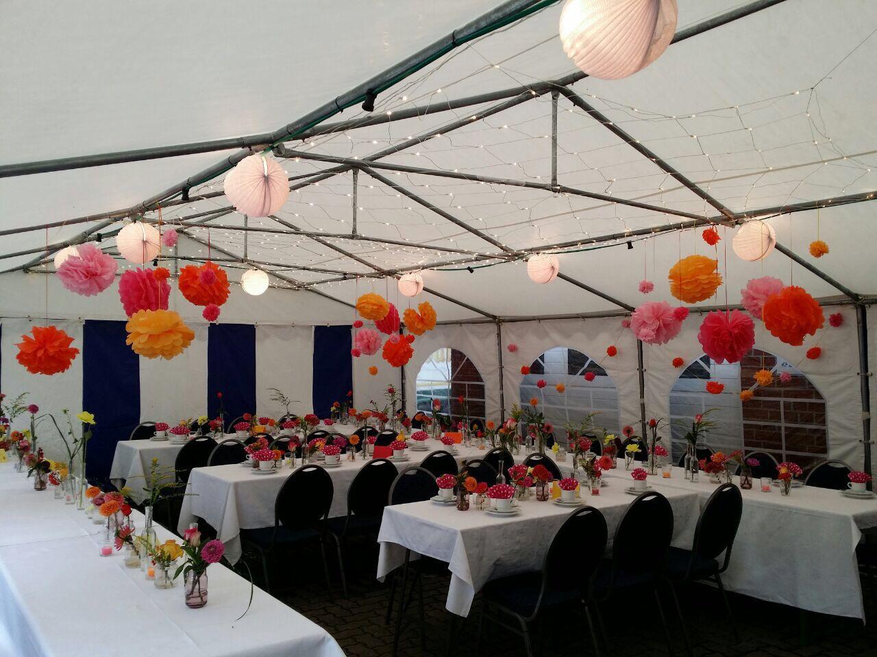 Hochzeit im zelt bunt sommer pompoms dahlien rosen hochzeit - Polterabend deko ideen ...