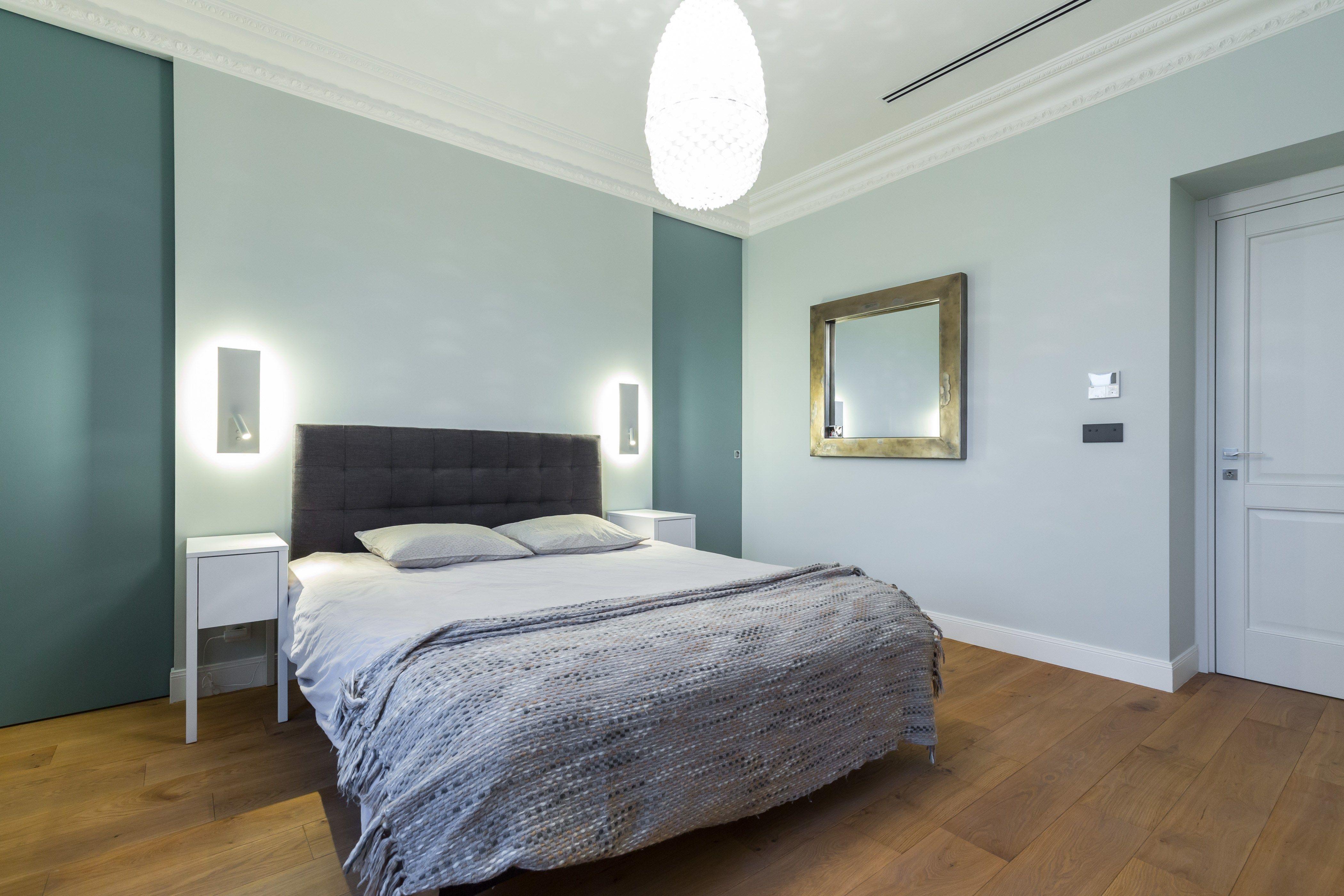 Chambre de maître avec les grand dressing dérrière le lit.  www.studiopfid.com
