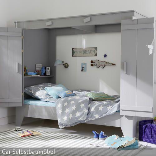 Das Highlight des Kinderzimmers ist das Kojenbett in Grau. An diesem orientiert sich die gesamte Farbgestaltung des Zimmers. So lockert der  gestreifte Teppich  …