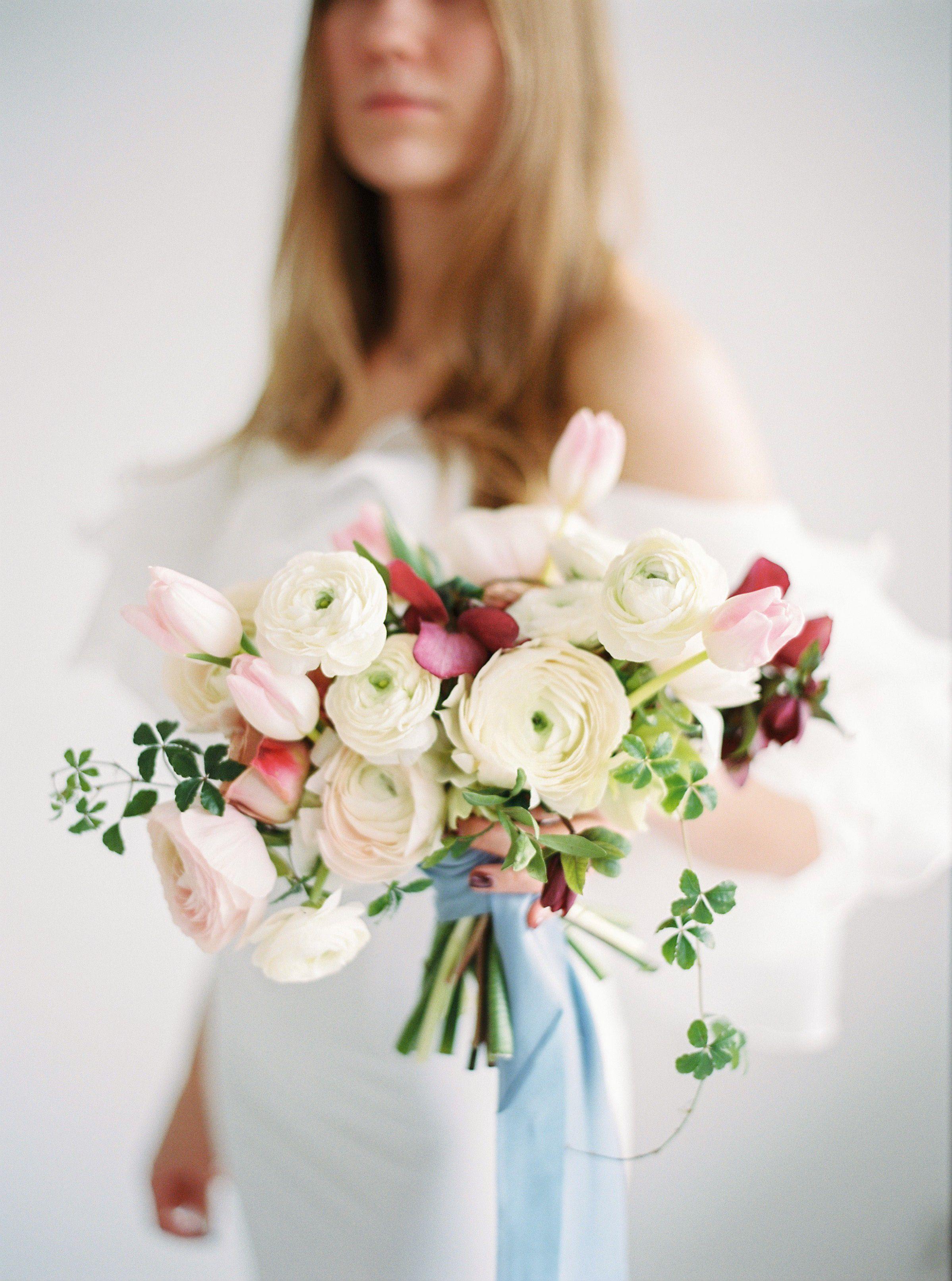 Bukiet Slubny Poznan Minimalistyczny Bukiet Slubny Na Slub Zima Jaskry Tulipany Ciemierniki Wedding Bouq Wedding Strapless Wedding Dress Wedding Dresses