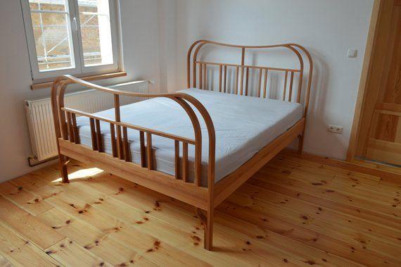 gebogenes Massivholz-Bett