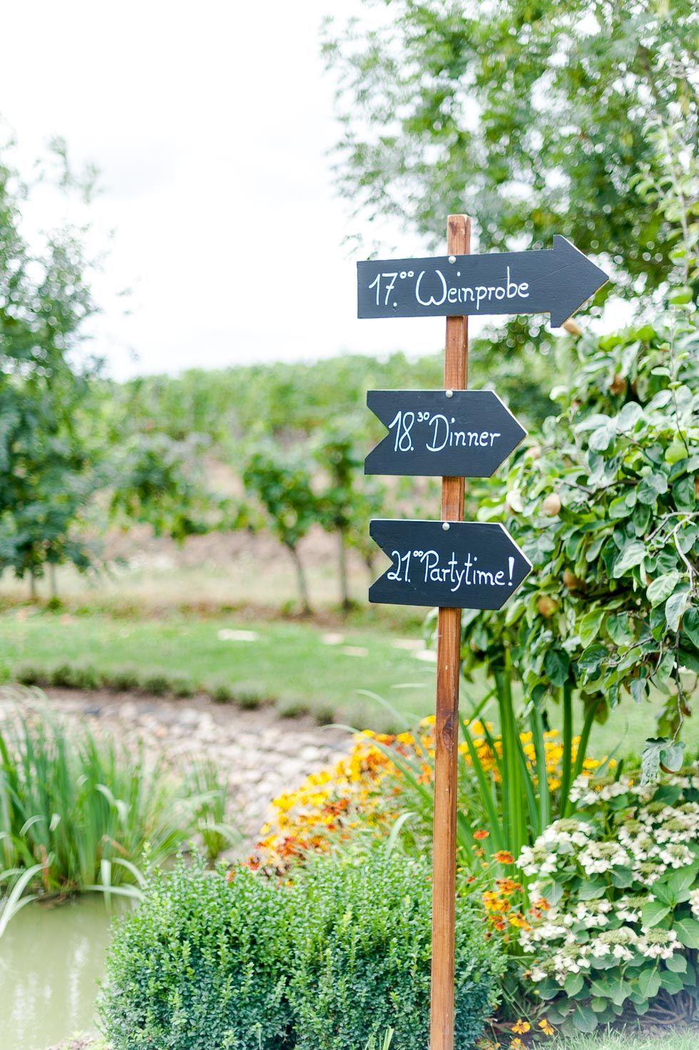 Wegweiser Schild Mit Beschrifteten Tafel Pfeilen Für Die  HochzeitslocationMittelgang Dekoration Für Die Außentrauung