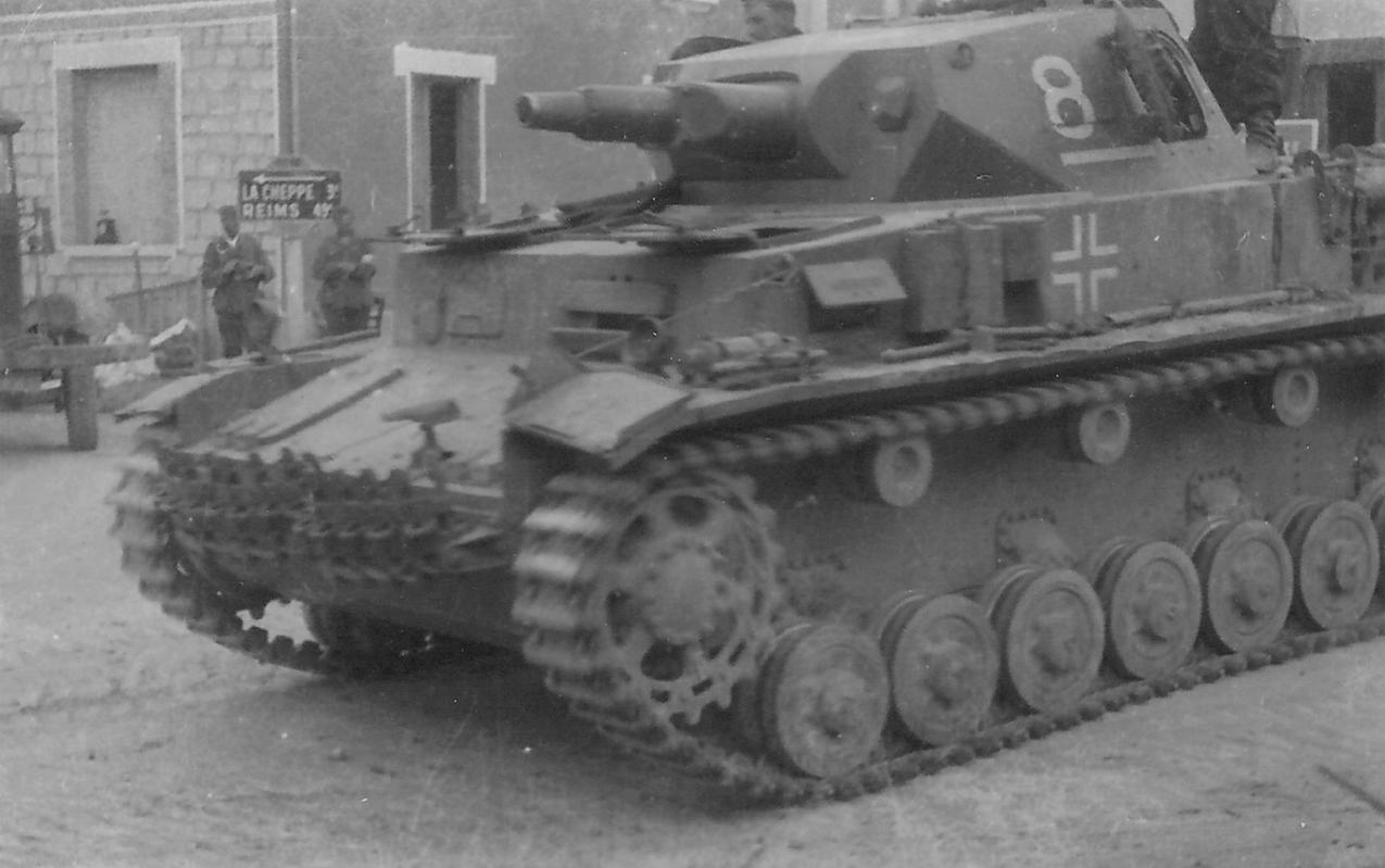 1940 Frankreich, Bussy-le-Château, ein deutscher Panzer Pz.Kpfw. IV Ausf. B an der Ecke der Rue Saint-Nicolas und Rue Chapels