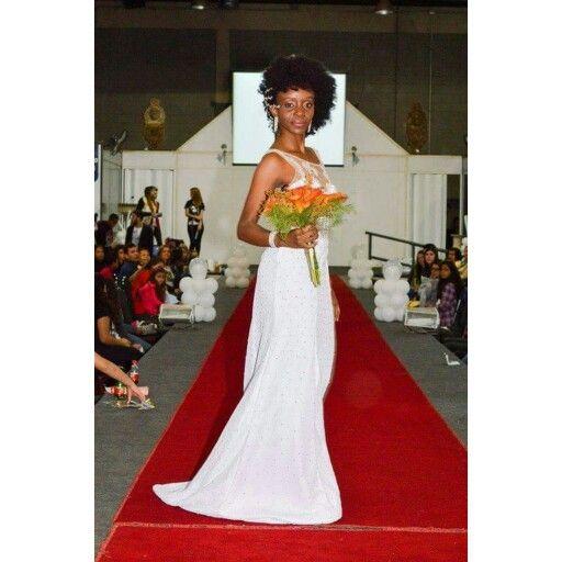 Tassia C. Barboza desfila um vestido todo cravejado com strass preciosa e colo do vestido bordado em vidrilhos.