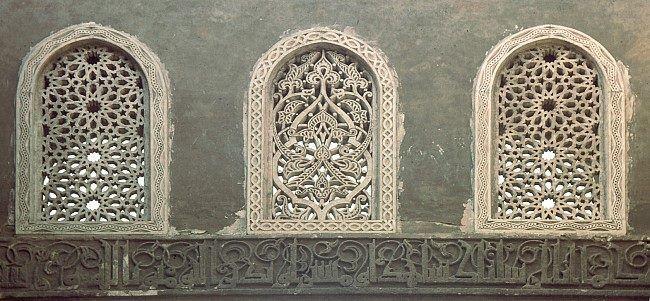Mosque Of Caliph Al Hakim Cairo نوع الشباك جص مخرم بى اشكال هندسية ونباتية اولا هو نافذة مشبكة بخشب او حديد Islamic Art Pattern Islamic Art Pattern Art