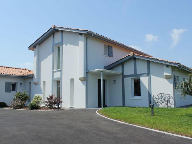 Maison contemporaine dans le Pays Basque : porche d\'entrée | Maisons ...