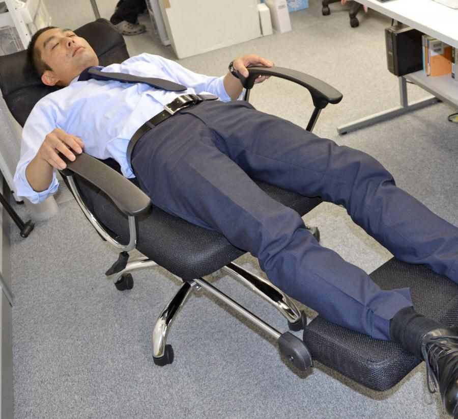 This Office Chair Lets You Lay Down Flat For Naps At The