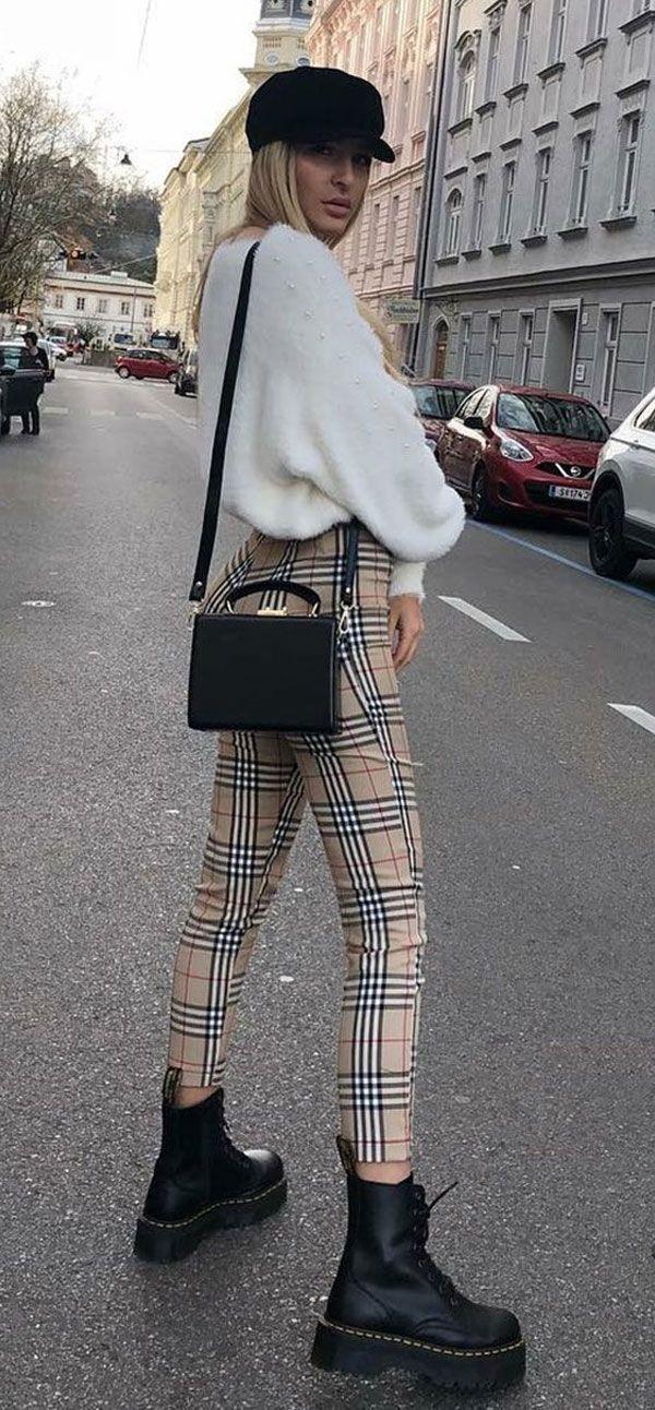 Se você faz a linha modernex das tendências, a dica é apostar na calça xadrez de cintura alta com uma boina e coturnos para combinar com o tricot. it-girl - tricot-calça-xadrez-coturno - tricot - inverno - street style #ootd
