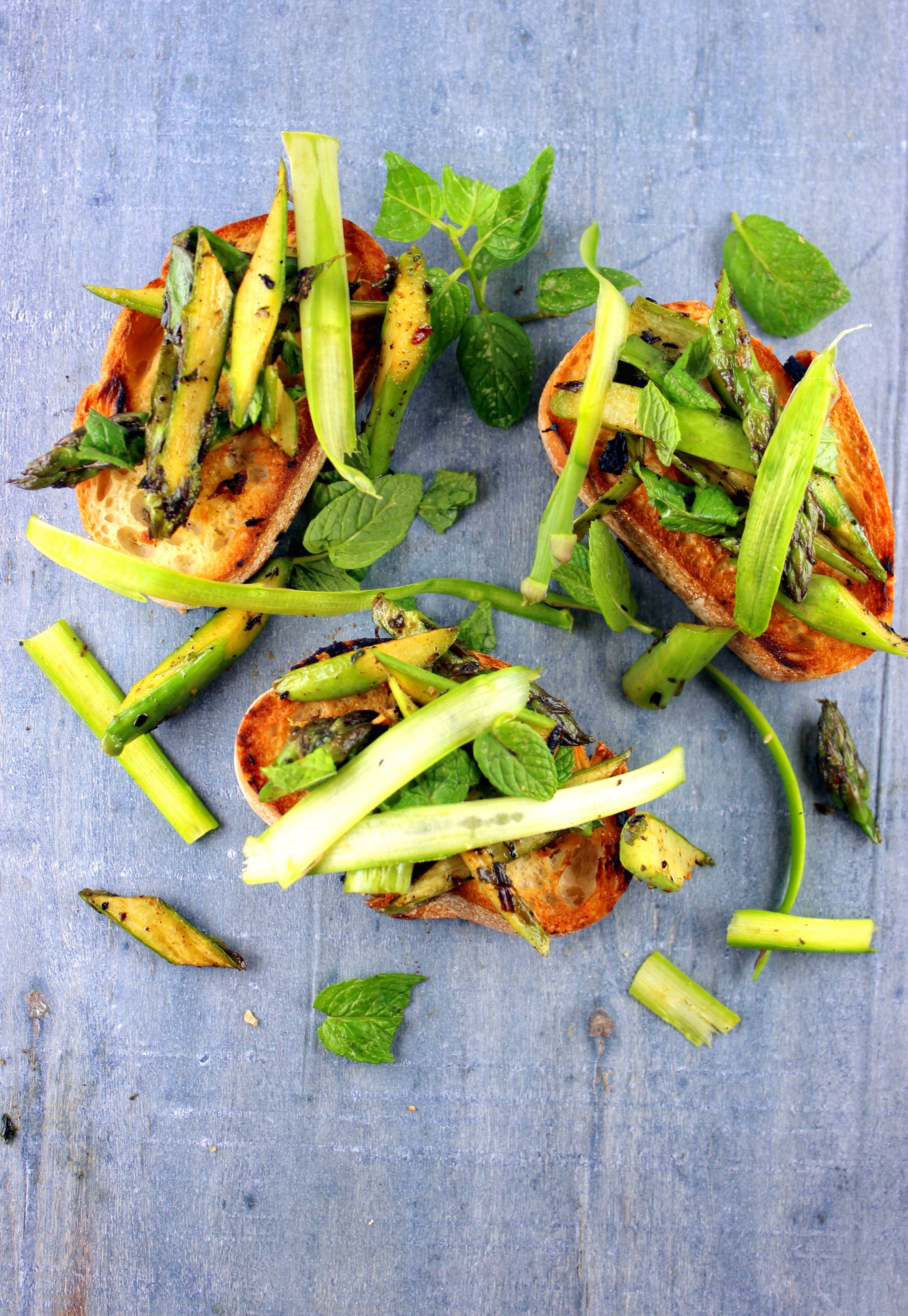 So simple and good! Green asparagus, bread and mint http://gaumenthrill.blogspot.de/2014/04/kuchenquickie-brot-mit-spargel-und-minze.html