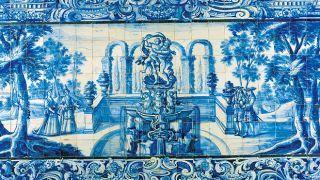 """TEXTO - No país dos azulejos - no site Visit Portugal - Al-zuleique é a palavra árabe que originou o português azulejo e designava a """"pequena pedra lisa e polida"""" usada pelos muçulmanos, no tempo da Idade Média. A forma como usavam os azulejos para decorar chão e paredes agradou aos reis portugueses e ganharam um lugar privilegiado na arquitetura a partir do século XV. Podemos dizer que Portugal os adotou de forma ímpar, como em nenhum outro país europeu."""