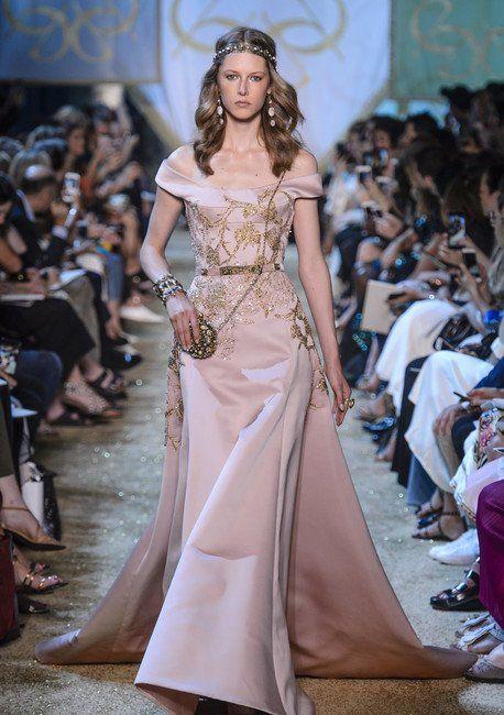 Sehen Sie hier alle Bilder der Show von Elie Saab während der Paris Haute Couture Fashion Week für Herbst/Winter 2017/18. Not this models color washes her out.....would look better on a brunette with darker skin tone