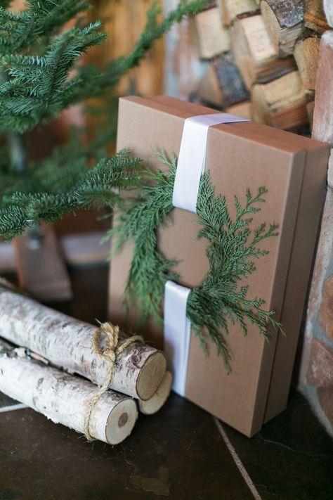 Super schöne Geschenkverpackung ❤ Das Geschenk in Packpapier einpacken, einen kleinen Kranz aus Tannengrün binden und dann mit einem schönen Band an dem Paket festknoten | Geschenk verpacken | Weihnachtsgeschenke einpacken #gift #wrapping #holiday #christmas #gifts #wrappingpaper #diy #christmasgiftideas