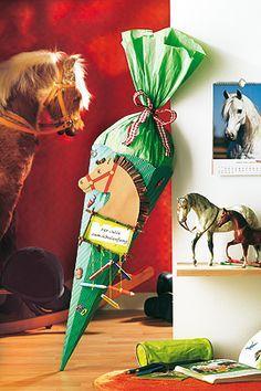 Über diese Pferde-Schultüte freuen sich kleine Mädchen ganz besonders. So wird die Zuckertüte gebastelt. Plus: Die Vorlagen gibt es kostenlos zum Download.