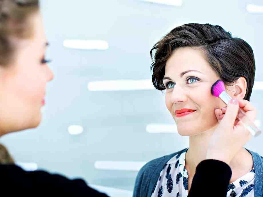 Kevyen meikin muutat sekunneissa naiselliseksi lisäämällä vahvan väristä huulipunaa. Jos haluat kestävän tuloksen, korvaa…