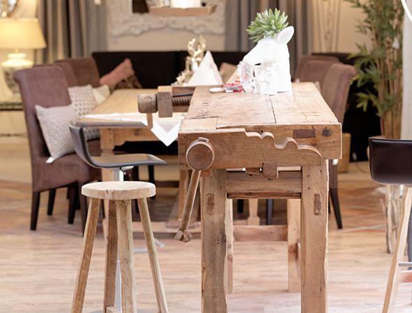 Esstisch gefertigt aus einer Hobelbank mit Hocker aus Holz