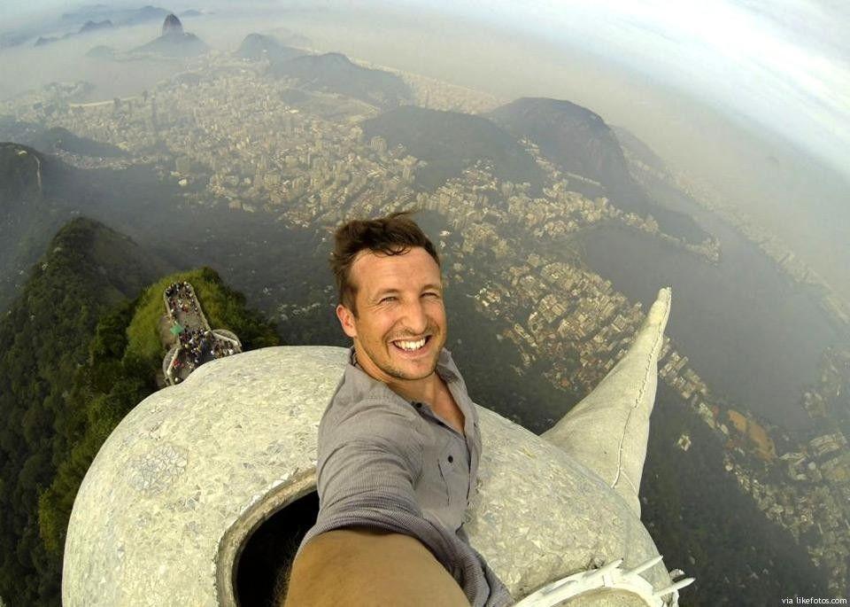 """Se for suficientemente """"radical"""" para escalar ao topo da estátua Cristo Redentor pode também conseguir uma selfie assim, tendo como palco de fundo a cidade de Rio de Janeiro. A vista é impressionante já que este monumento está a cerca de 700 mts acima do nível do mar."""