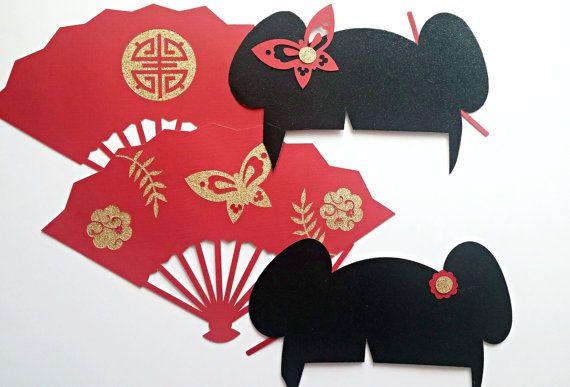 Por demanda popular son nuestros pilares de cabina foto inspirado asiático. Estos apoyos realizar grandes adiciones en bodas y eventos. Son extremadamente única y de gran calidad. Usted recibirá 4 apoyos y los palillos (tacos) son incluidos pero no.  Cantidad: 4 apoyos / clavijas 4 (12 pulgadas)  fanáticos de la 2 geisha (10 x 6 1/2 pulgadas) accesorios de pelo 2 (8 x 3 pulgadas)   Colocar tacos a los apoyos con la pistola de pegamento caliente, puntos de pegamento o cinta adhesiva ...