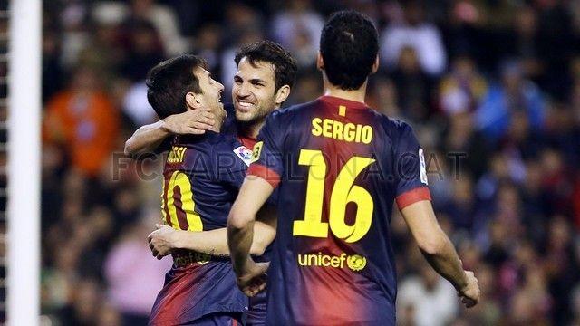 Messi, felicitado por Cesc Fábregas por su anotación tipo misil (penalti), se unirá Sergio Busquets. | Valencia 1-1 FC Barcelona. 2013-02-03.