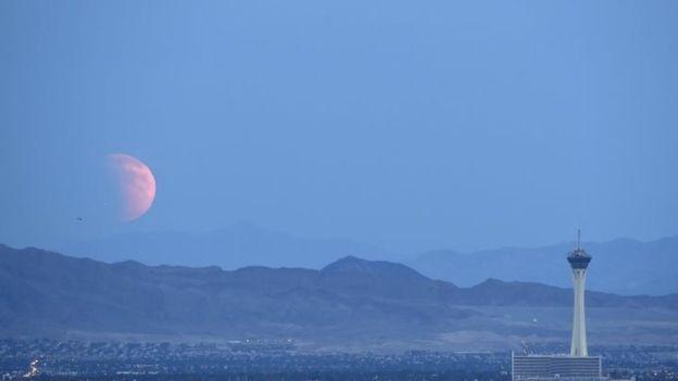 Supermoon Coincides With Lunar Eclipse Supermoon Eclipse Las Vegas City Cool Photos