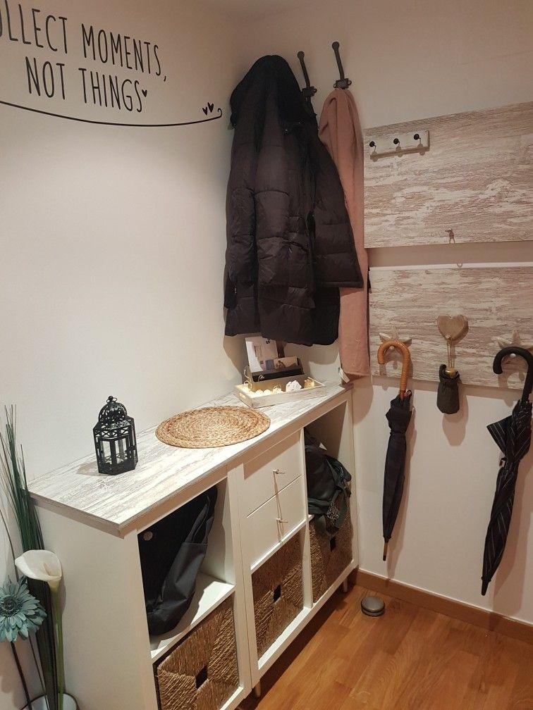Recibidor: mueble Ikea (serie Kallax), cestas Ikea (Knipsa), tablero ...