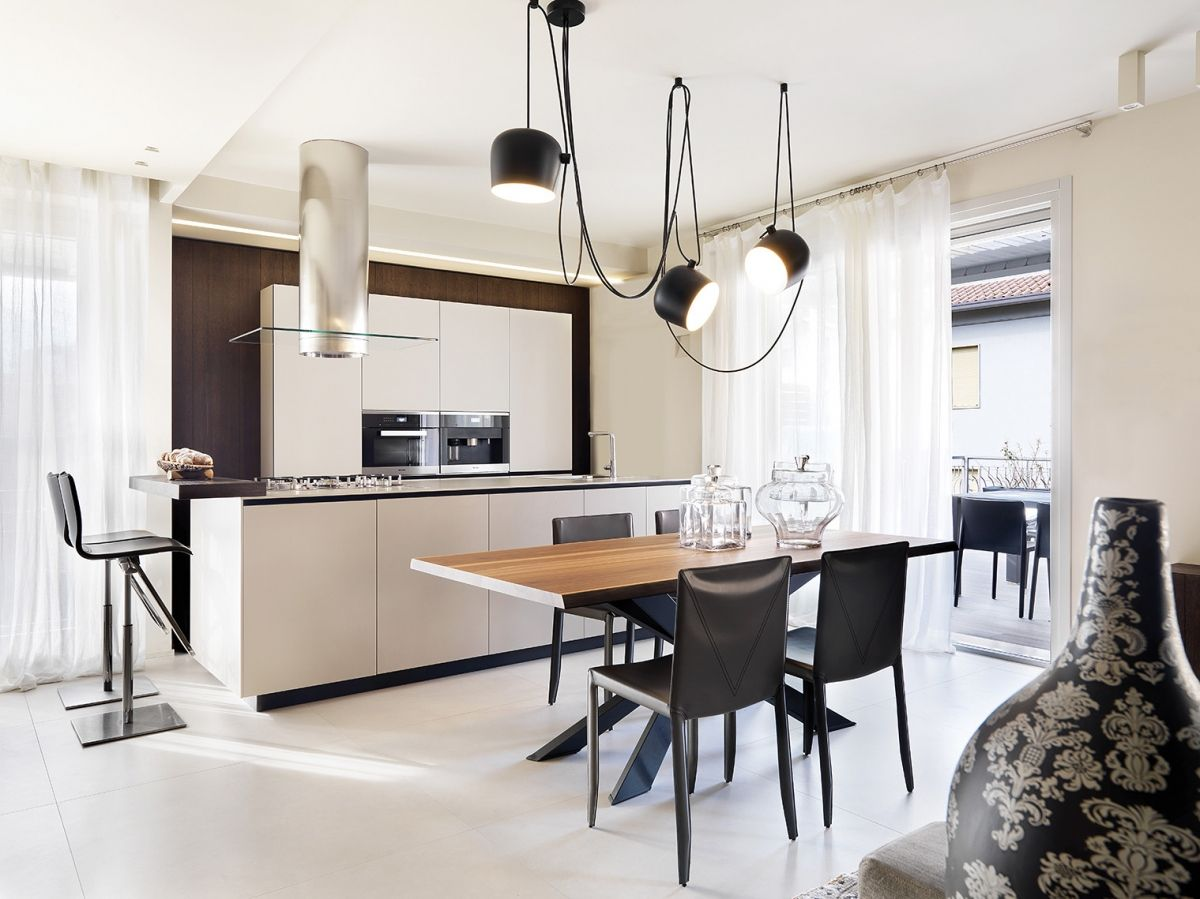 Progetto sottosopra al centro del living elegante tavolo