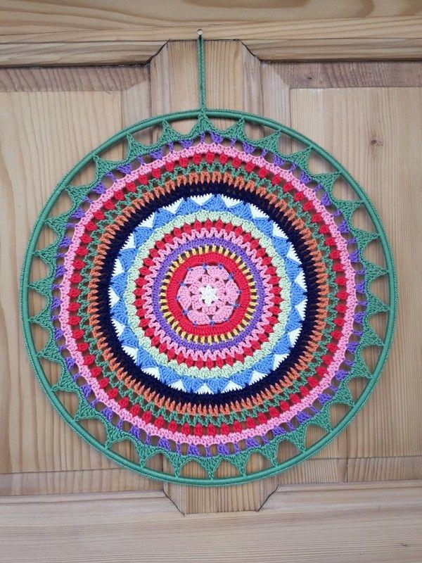 dieses mandala in starken farben ist wundersch n als deko. Black Bedroom Furniture Sets. Home Design Ideas