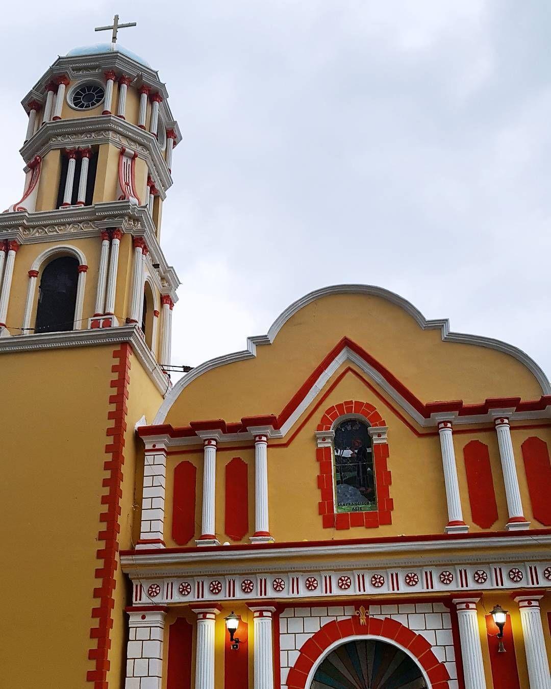 Enclavado en las altas montañas de Veracruz se encuentra Coscomatepec de Bravo un apacible #PuebloMágico que ofrece en días despejados una privilegiada vista del Pico de Orizaba y un paisaje verde y húmedo que se queda en la mente.